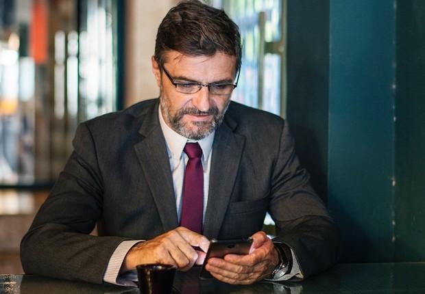 trabalho, celular, redes sociais, terno, executivo (Foto: Pexels)