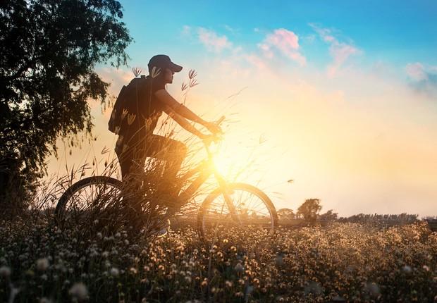 andando de bicicleta - pôr do sol - felicidade - vida nova (Foto: Thinkstock)