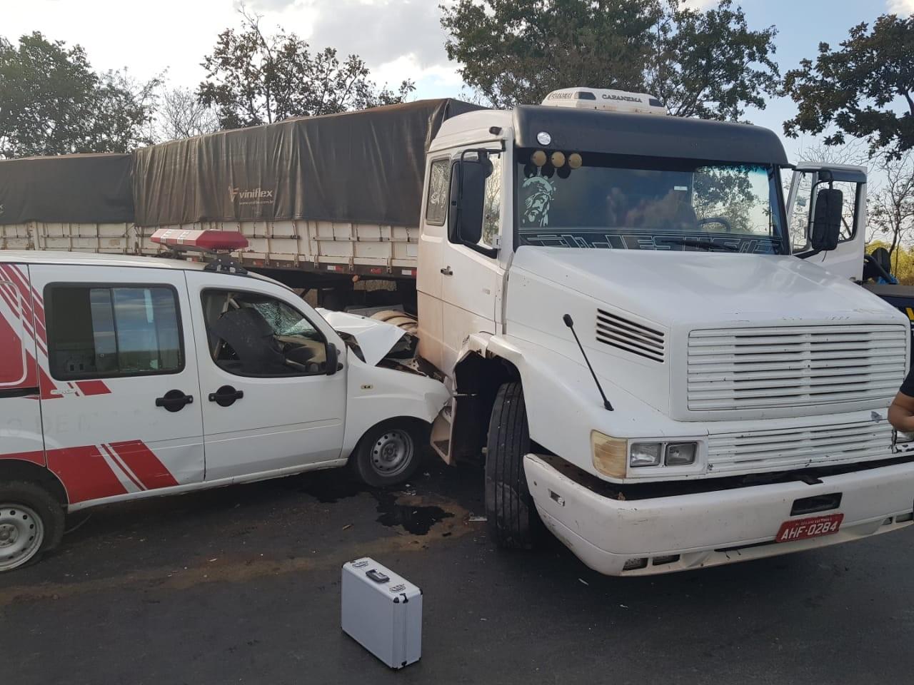 Acidente envolvendo carreta e ambulância de Montalvânia deixa quatro feridos na BR-251 - Notícias - Plantão Diário