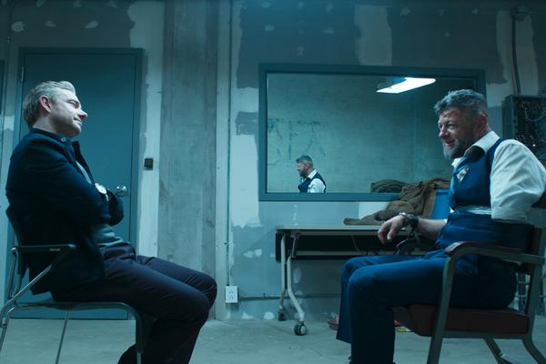 O ator Martin Freeman em cena de Pantera-Negra com o ator Andy Serkis (Foto: Reprodução)