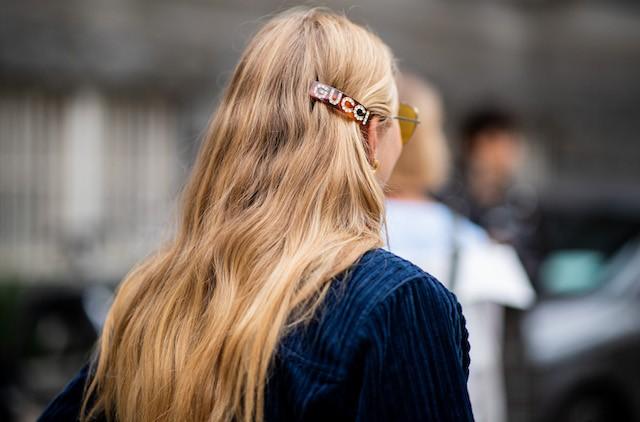 Presilha de cabelo da Gucci no street style (Foto: Imaxtree)