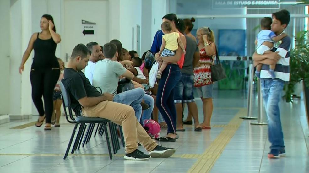 9bb38cd062a ... Pais fazem filas na Secretaria de Educação de Franca (SP) em busca de  vaga
