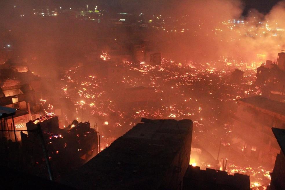 Cerca de 600 casas foram atingidas pelo incêndio. — Foto: Rickardo Marques/ G1 AM