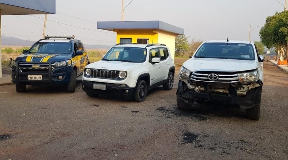 Veículo e caminhonete apreendidos durante abordagem da PRF, em Miranda (MS).  Foto: Polícia Rodoviária Federal/Divulgação