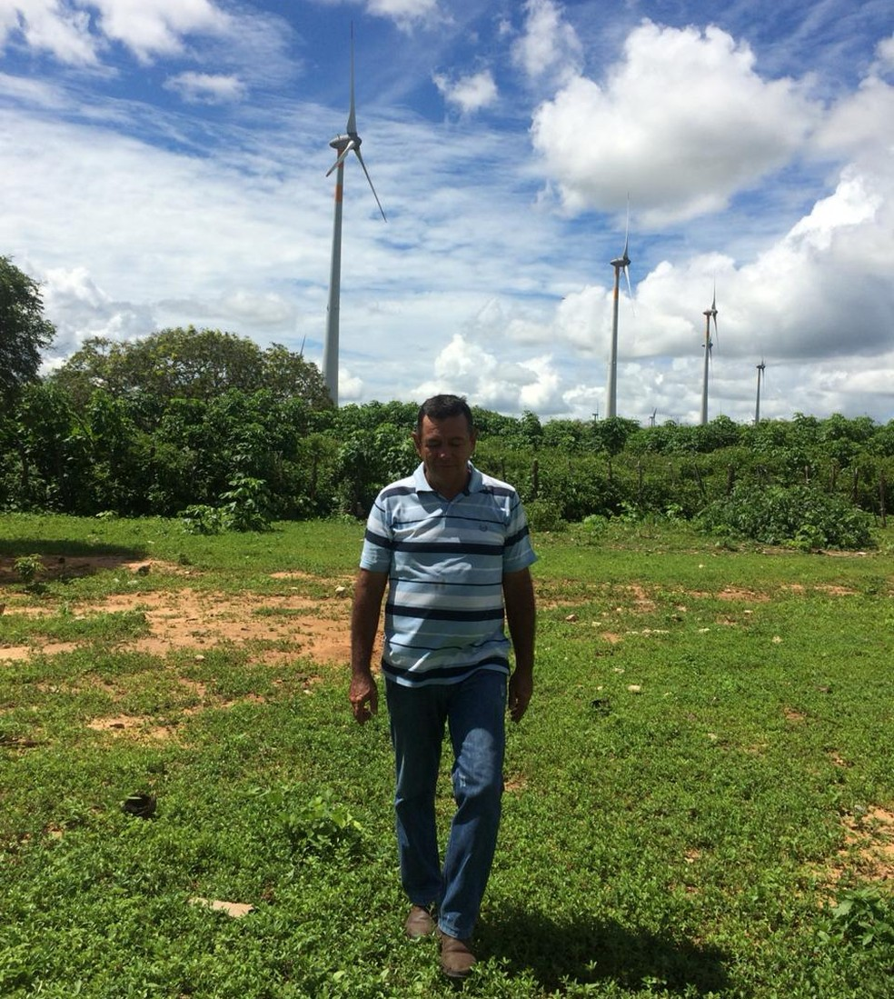 CPFL instalou 19 aerogeradores na terra do produtor rural Luzivan Venâncio, de 55 anos, em João Câmara. Os cataventos trouxeram renda extra e certa para a família  — Foto: Arquivo pessoal