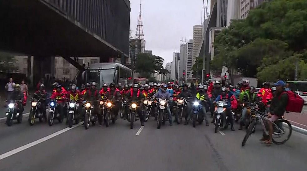 Motociclistas protestam contra aplicativo de entrega de comida — Foto: Reprodução / TV Globo