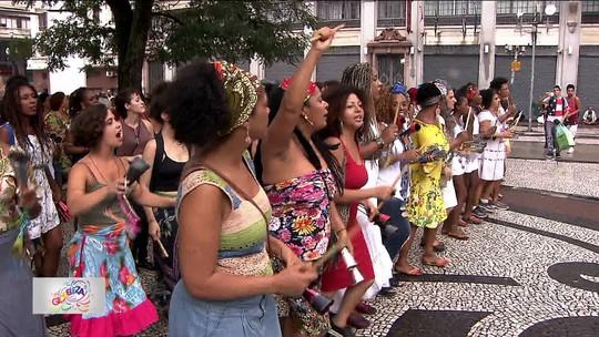 Ensaios de blocos de carnaval reúnem foliões sob forte chuva em SP