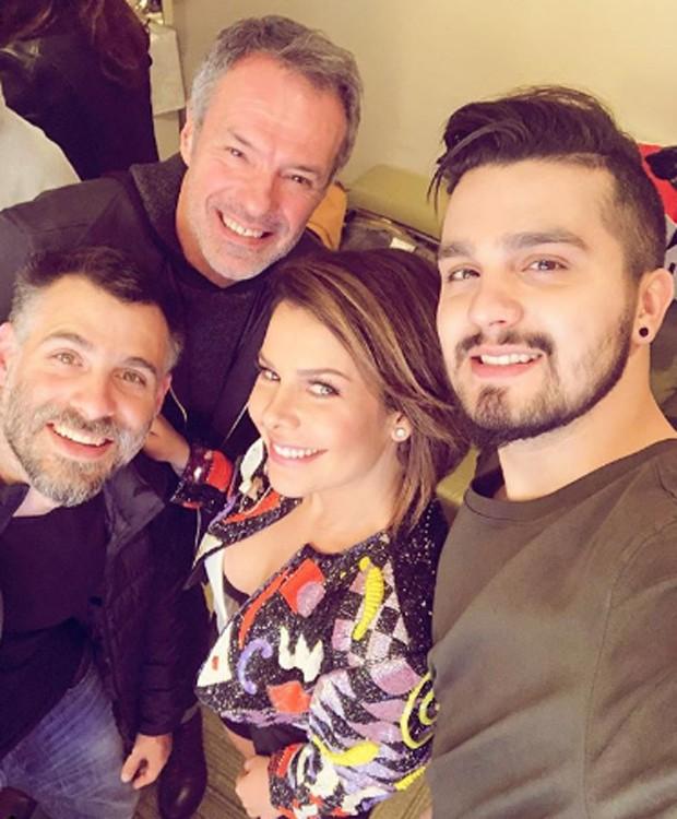 Raoni Carneiro, Ricardo Waddington, Fernanda Souza e Luan Santana posam para selfie após gravações de novo programa (Foto: Reprodução/Instagram)