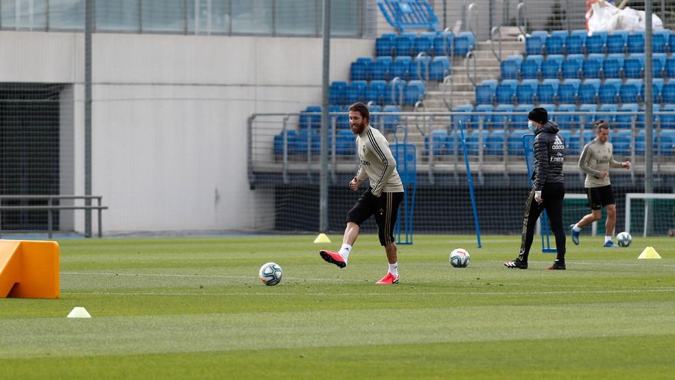 Sergio Ramos trabalha no campo, com Bale ao fundo — Foto: Divulgação/Real Madrid