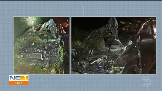 Carro bate em três cavalos e acidente deixa motorista ferido e animais mortos na BR-408