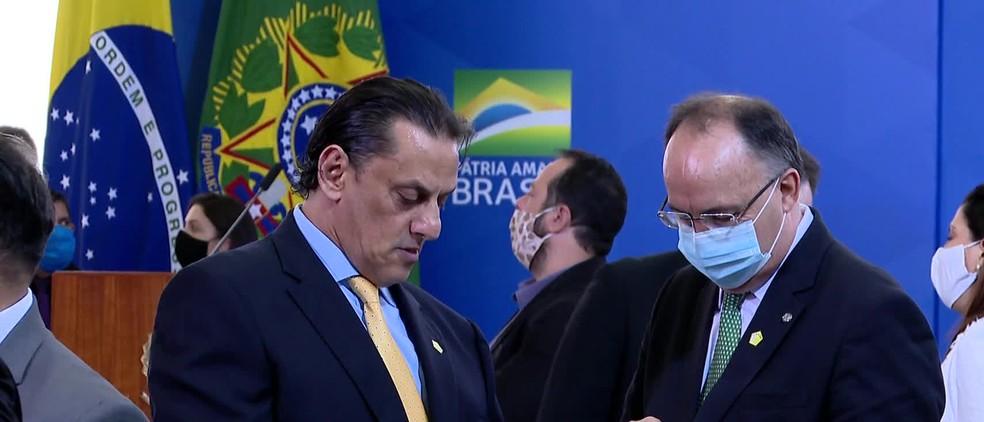 Wassef (à esquerda) durante a posse do ministro das Comunicações, na quarta (17), no Palácio do Planalto — Foto: Reprodução/TV Globo