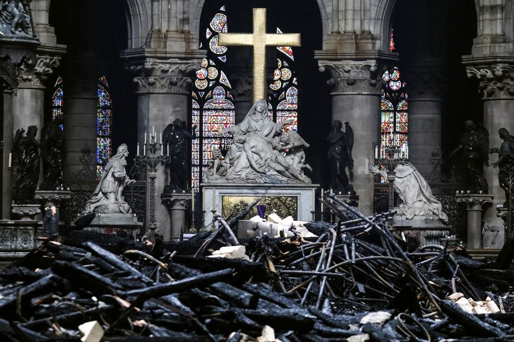 Altar da Catedral de Notre-Dame, em Paris, é fotografado nesta terça-feira (16) em meio aos destroços deixados pelo incêndio  — Foto: Ludovic Marin / AFP