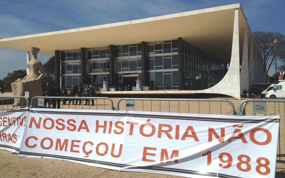 Indígenas estendem faixas de protesto em frente ao Supremo Tribunal Federal, em Brasília, por demarcação de terras (Foto: Bianca Marinho/G1)