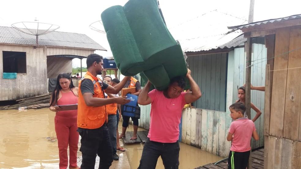 Cheia do Rio Juruá tira famílias de casa no interior do Acre — Foto: Mazinho Rogério/G1
