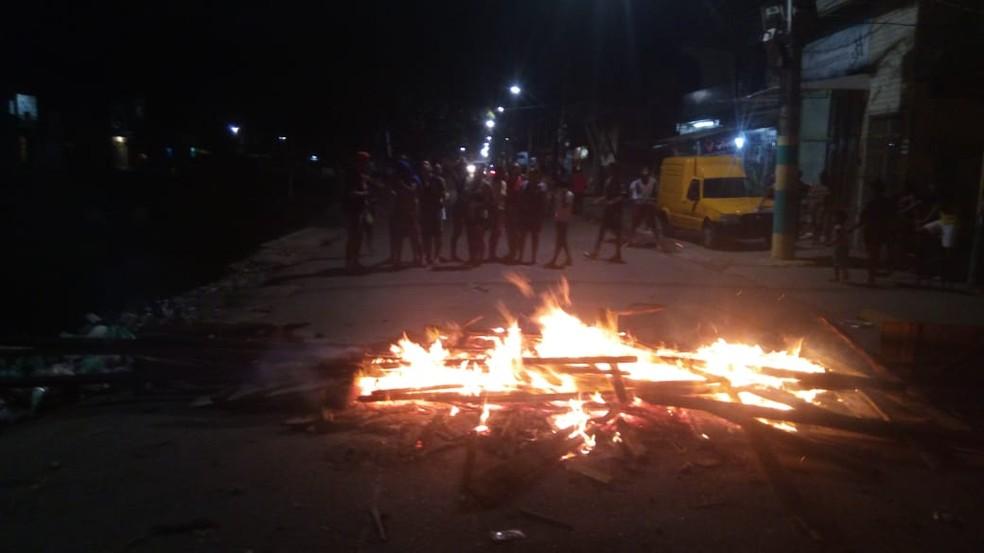 -  Sem energia há quatro dias, moradores fecham rua e ateiam fogo em entulhos em protesto  Foto: Morador Francisco