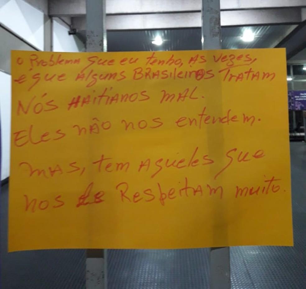 Cartazes foram feitos durante oficina na UFMT — Foto: André Souza/G1