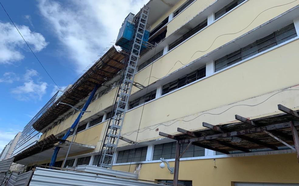 Prédio estava em obras e fica localizado na Avenida Estados Unidos, no Comércio — Foto: Luana Assiz/TV Bahia