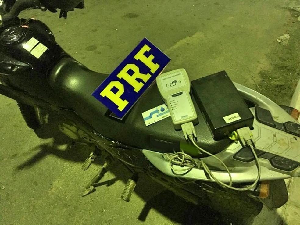 Aparelho deveria estar instalado em caminhão que transporta água  (Foto: PRF/Divulgação)