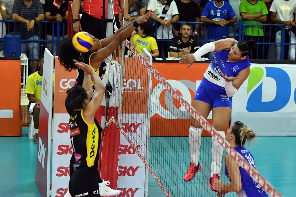 Bloqueios deram trabalho no terceiro jogo da semifinal (Foto: João Pires / Fotojump)