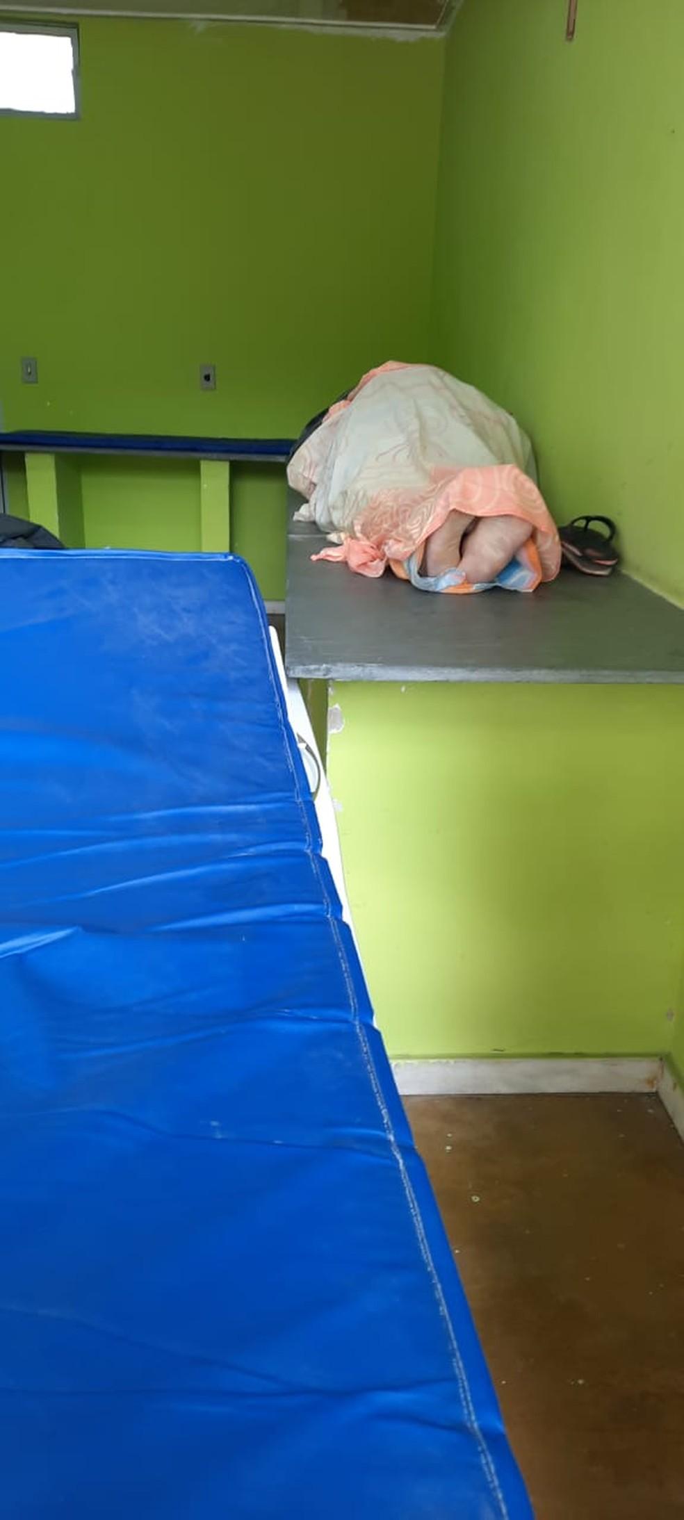 Corpos enrolados em lençóis e cobertores na portaria da UPA Venda Nova em BH — Foto: Redes Sociais