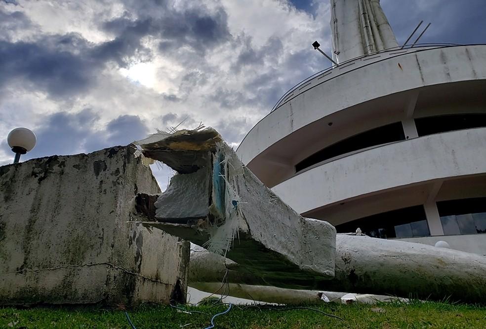 Parte de monumento despencou com o vento em Joaçava — Foto: Marcelo Santos/ CDL