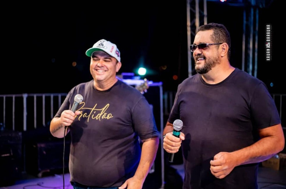 Paulo Sérgio e Santiago durante show — Foto: Redes Sociais