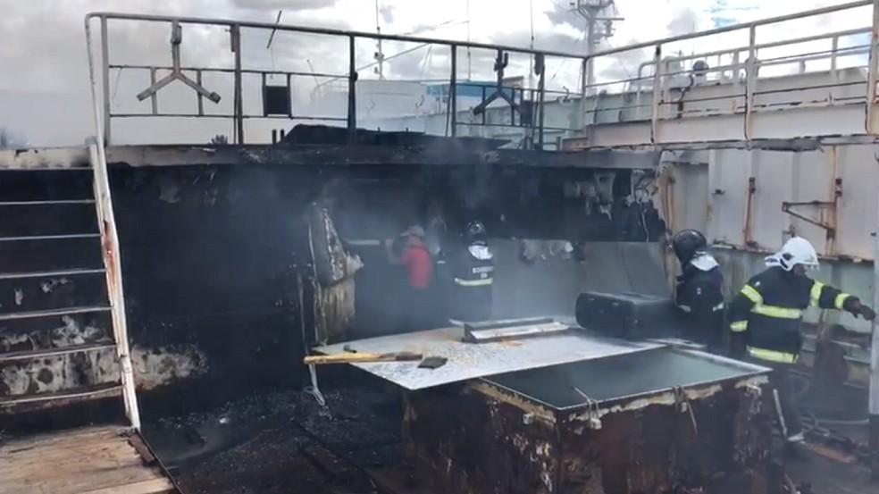 Bombeiros combatem incêndio em embarcação de Natal — Foto: Corpo de Bombeiros/Divulgação