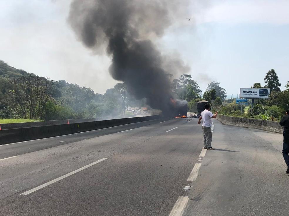 Caminhão pega fogo na região do Morro da Calota, na BR-101, em Itapema — Foto: Divulgação/ PRF