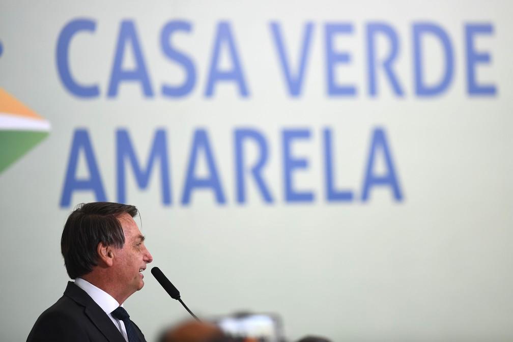 25 de agosto - O presidente da República, Jair Bolsonaro, discursa durante o lançamento do programa 'Casa Verde e Amarela', no Palácio do Planalto, em Brasília — Foto: Evaristo Sa/AFP