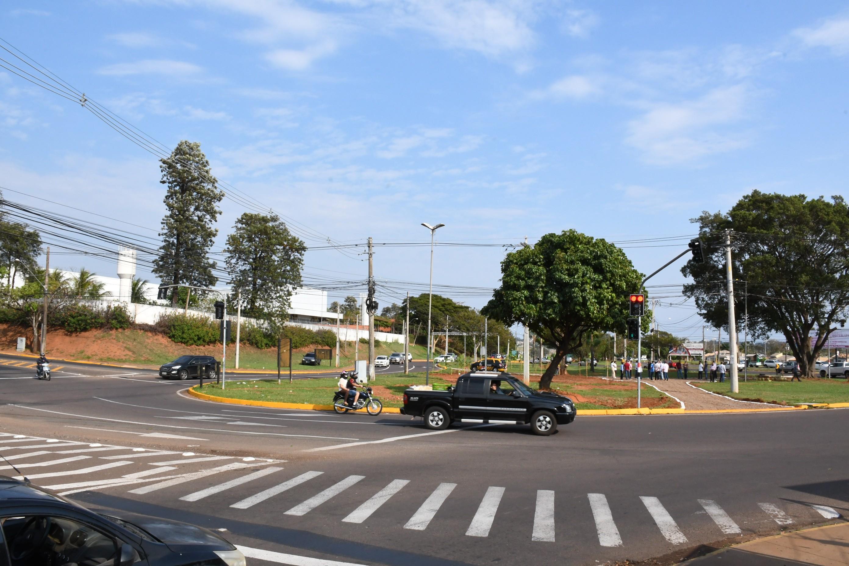 Instalação de semáforos é oficialmente inaugurada em rotatória no Jardim Novo Bongiovani