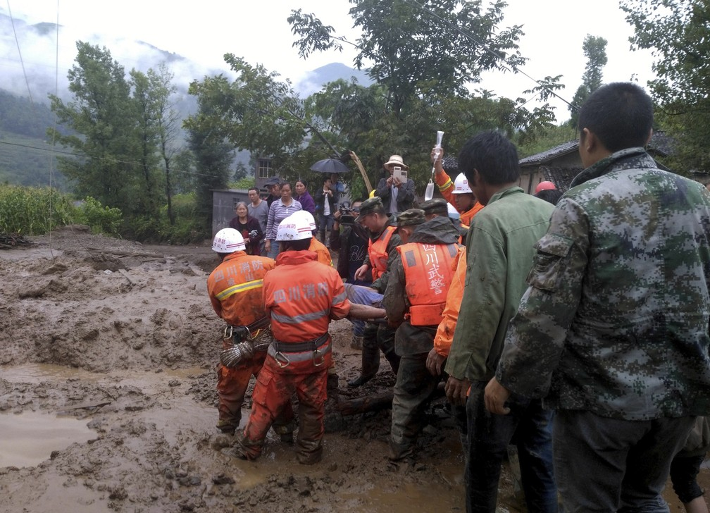 Deslizamento também atingiu a região de Sichuan (Foto: Associated Press)