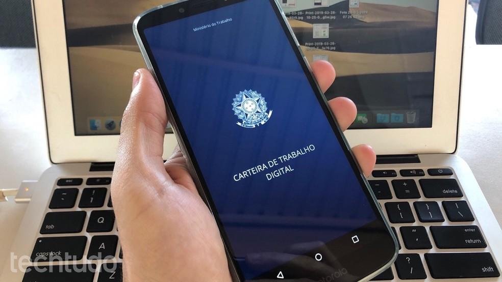 Documentos como a CTPS possuem versões digitais oficiais para usar no celular — Foto: Helito Beggiora/TechTudo