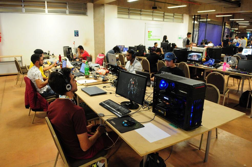 Participantes da Campus Party Brasília jogam em rede antes de início do evento — Foto: Dênio Simões/Agência Brasília
