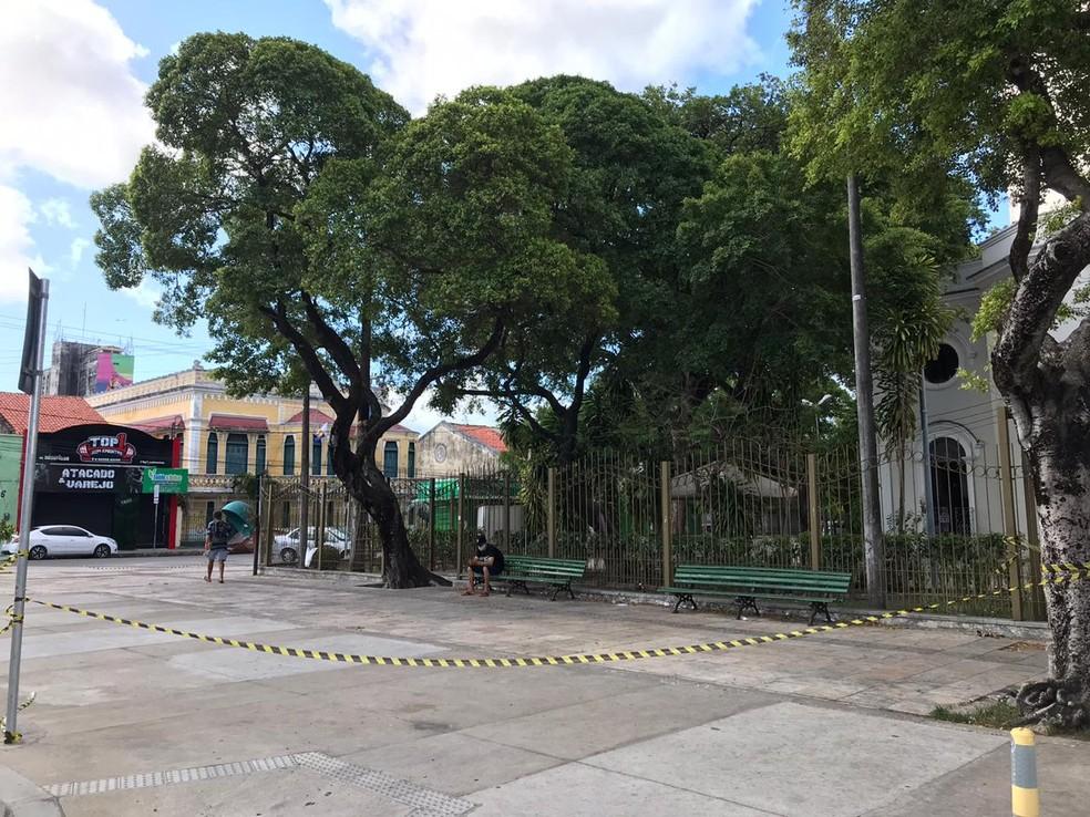 Área isolada na Praça do Carmo, em Fortaleza, após ataque de abelhas — Foto: Ana Beatriz Farias/SVM