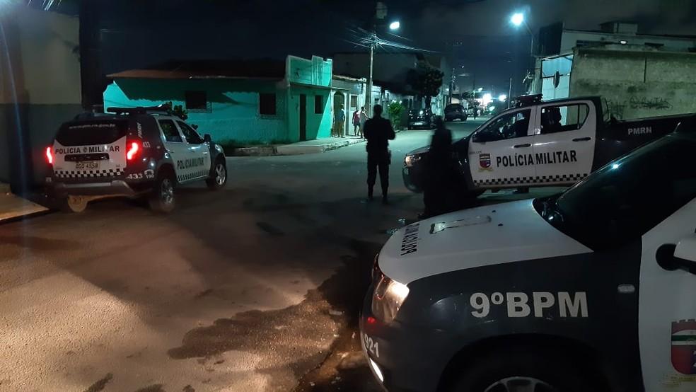 Cerco da Polícia Militar ao bairro Nordeste, em Natal, em busca de assaltantes.  — Foto: Sérgio Henrique Santos/Inter TV Cabugi