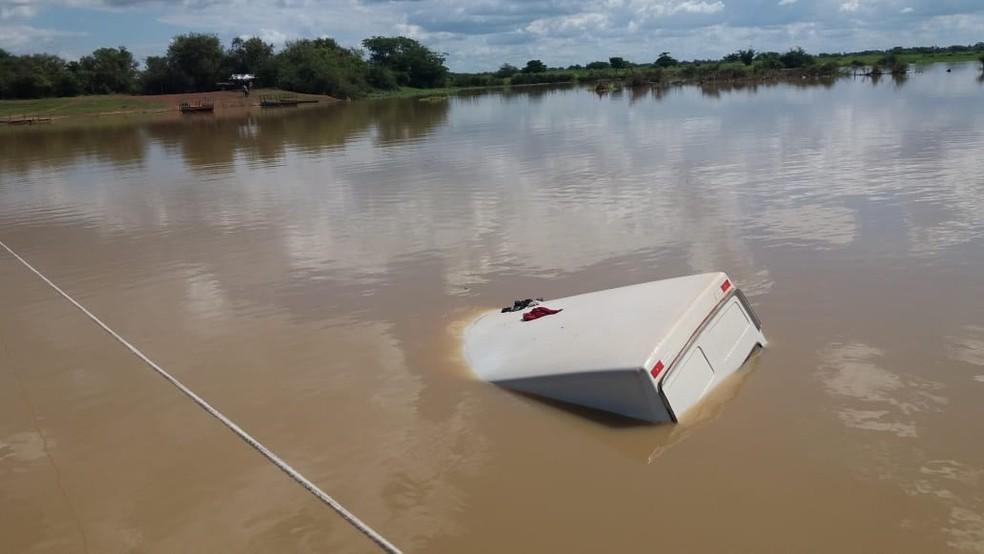 Veículo afundou completamente no leito do rio Longá, na zona rural de Buriti dos Lopes - Piauí — Foto: Portal do Rurik