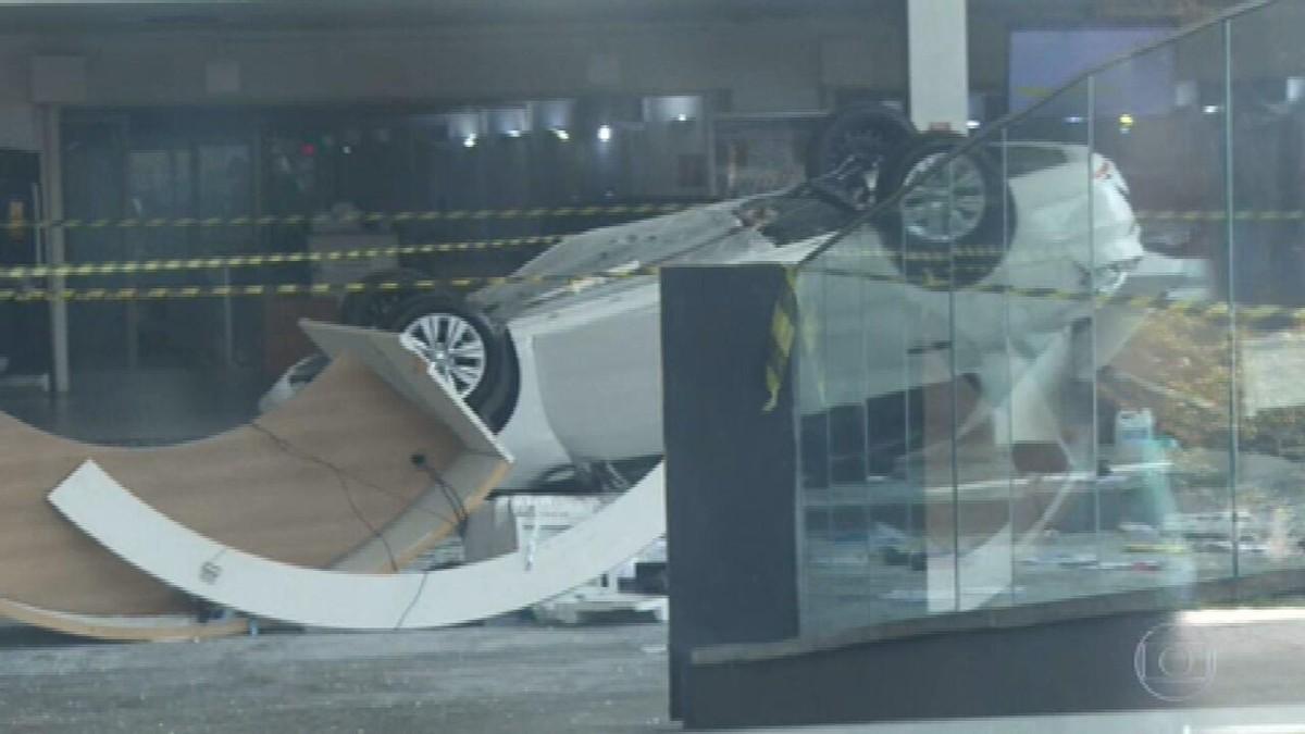Carro despenca do segundo andar de concessionária em SP e fere três pessoas