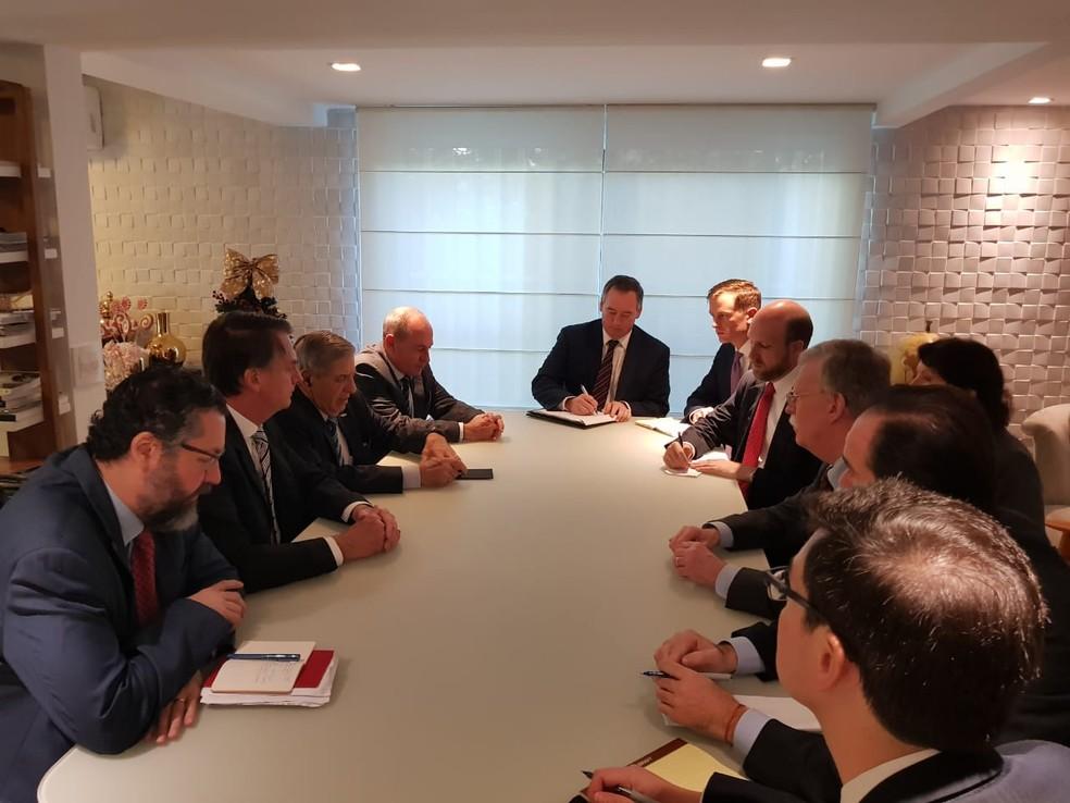 Reunião entre o presidente eleito, Jair Bolsonaro, e o conselheiro de Segurança dos Estados Unidos, John Bolton — Foto: Divulgação/Assessoria do presidente eleito