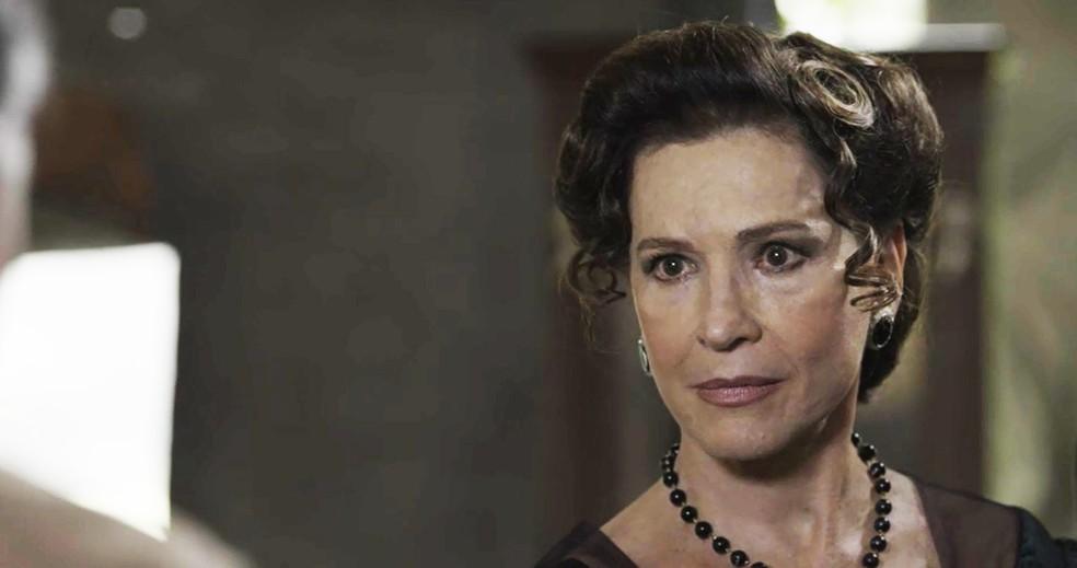 Lady Margareth fica sem jeito quando Vicente lhe pergunta sobre os explosivos que encomendou  (Foto: TV Globo)