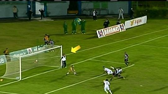 Essa você nunca viu: reserva toca na bola dentro da área, e árbitro marca pênalti após VAR