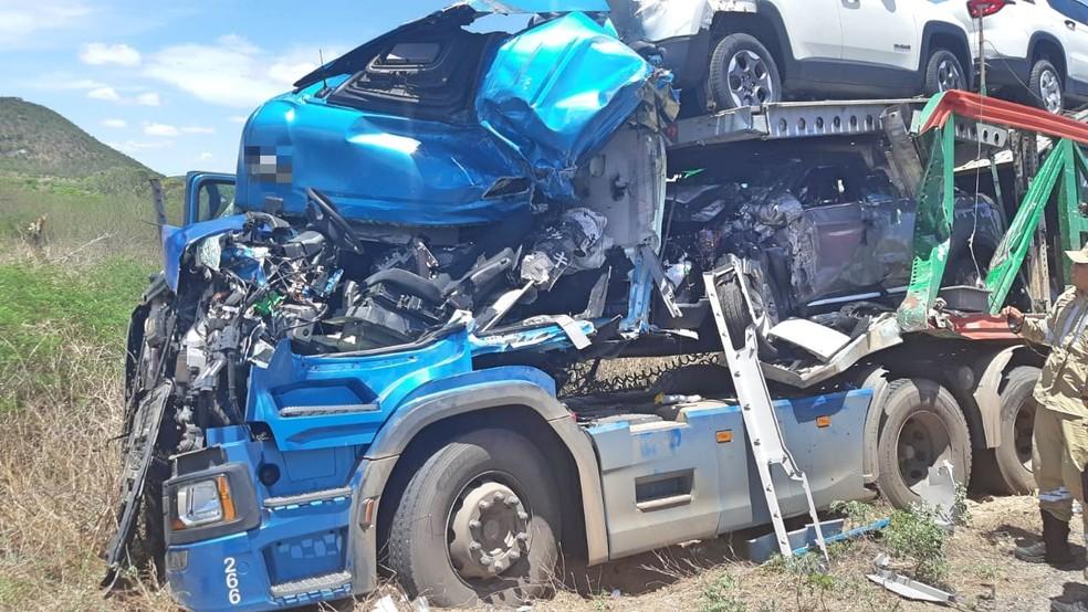 Caminhão-cegonha após acidente na BR-423 — Foto: Polícia Rodoviária Federal/Divulgação