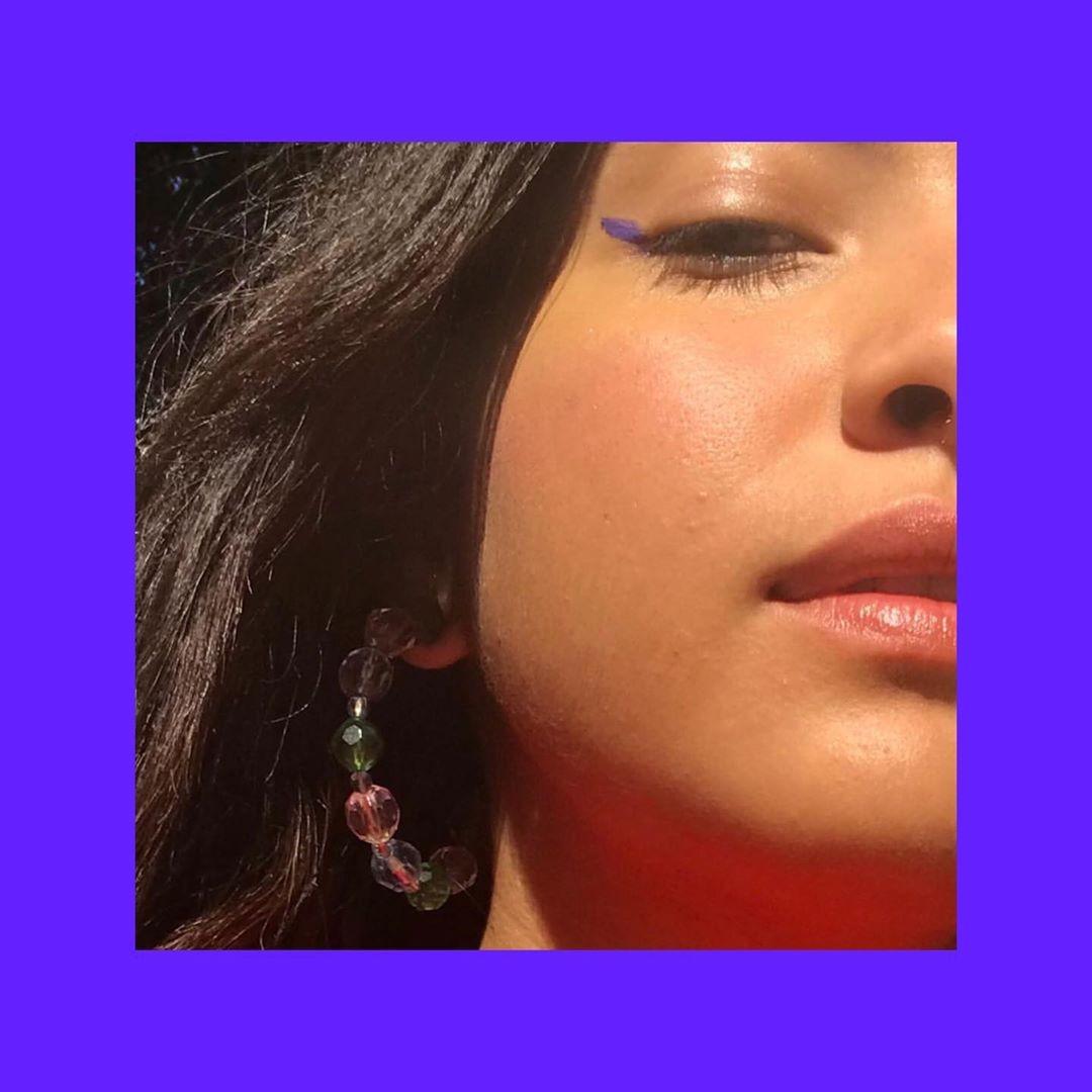 Carla e seu delineador roxo no canto do olho, simples e rápido de fazer (Foto: reprodução Instagram )
