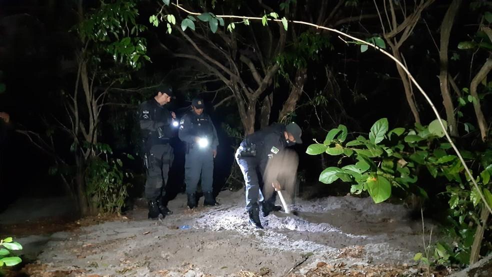Corpo estava enterrado em trecho em meio às dunas na Zona Norte de Natal — Foto: Sérgio Henrique Santos/Inter TV Cabugi