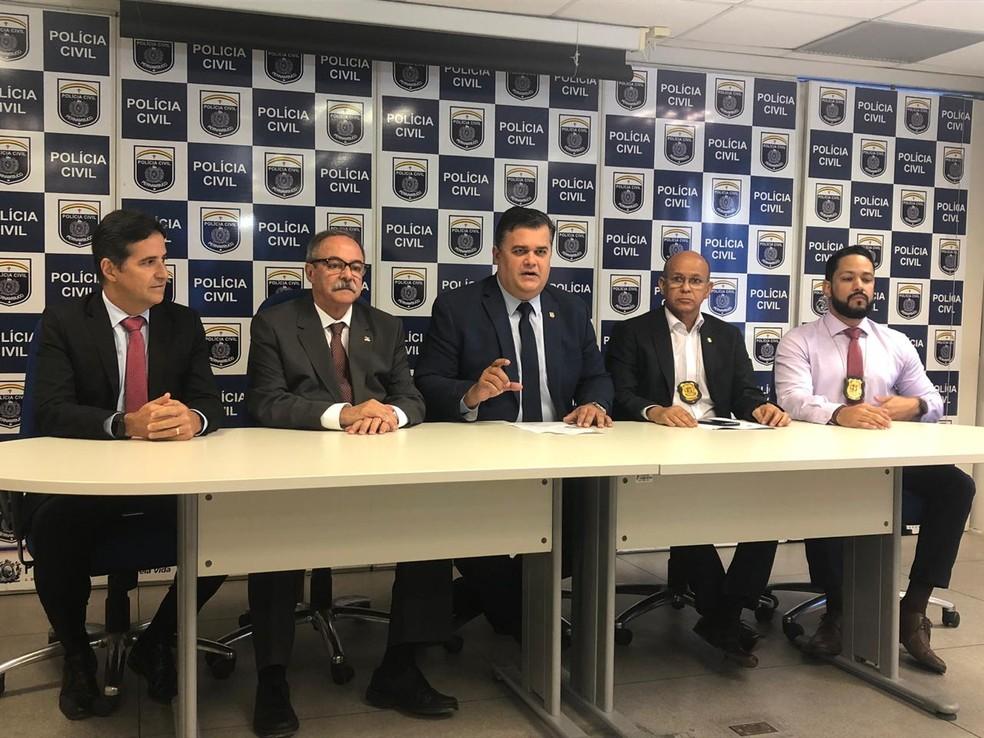 Chefe da Polícia Civil de Pernambuco, Joselito Amaral [centro] em coletiva de imprensa sobre a recaptura de José Maria Rosendo, nesta segunda-feira (29) â?? Foto: Marina Meireles/G1