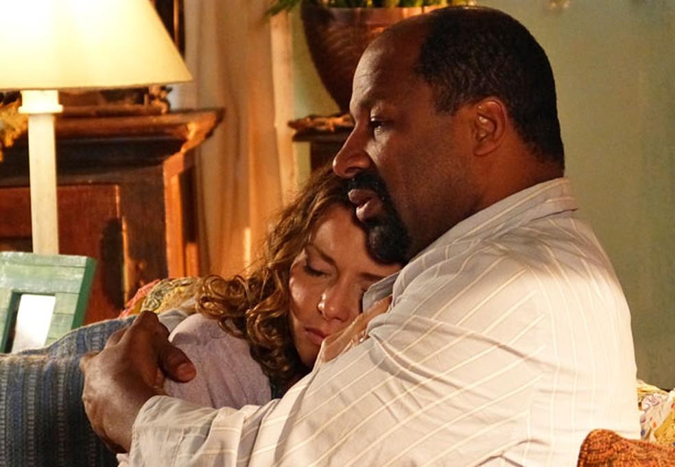 Rita Guedes e Aílton Graça interpretaram o casal Doralice e Quirino, em 'Flor do Caribe' — Foto: Globo