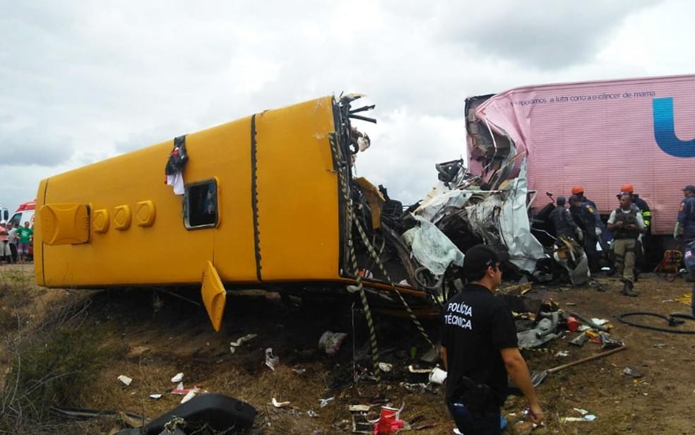 Frente de ônibus envolvido em acidente ficou destruída após batida com carreta na BR-116, na Bahia  — Foto: Madalena Braga/TV Subaé