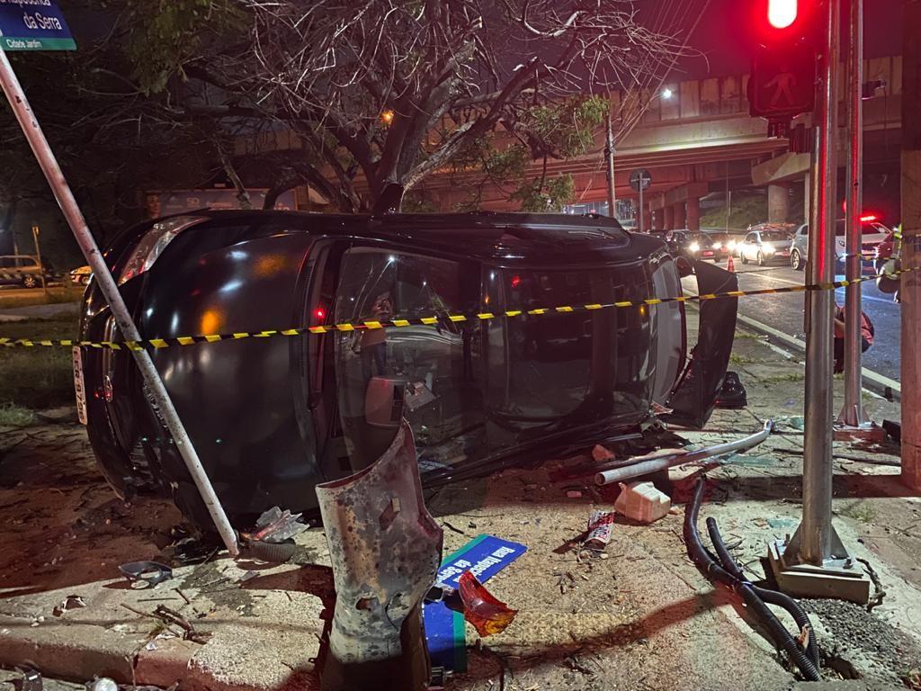 Suspeito de roubo bate em carro durante fuga e deixa motorista ferido em avenida de Campinas