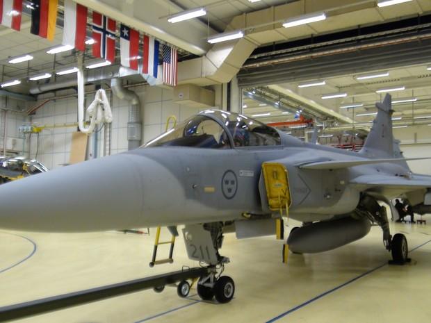 Gripen é preparado para voo em base da Aeronáutica em Satenas, Suécia (Foto: Tahiane Stochero/G1)