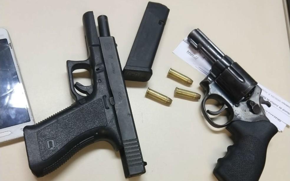 Armas foram apreendidas com o suspeito e a mulher dele (Foto: Divulgação/Polícia Civil)