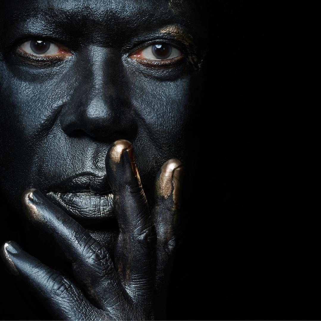 Djavan aparece com a cara pintada na capa do álbum que lança em 23 de novembro